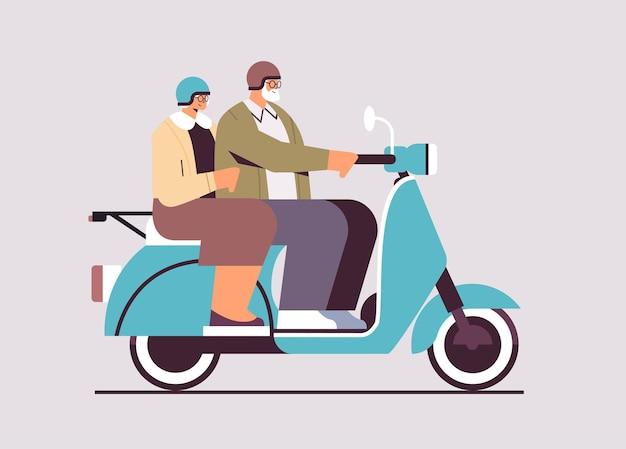 Seniorenpaar in helmen, die roller-großeltern fahren, die auf moped reisen, aktives alterskonzept horizontale vektorillustration in voller länge