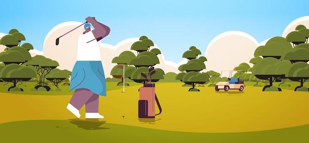 Seniorin, die golf auf grünem golfplatz spielt im alter von afroamerikanischer spielerin, die einen schuss aktiver alterskonzeptlandschaftshintergrund horizontale vektorillustration in voller länge nimmt