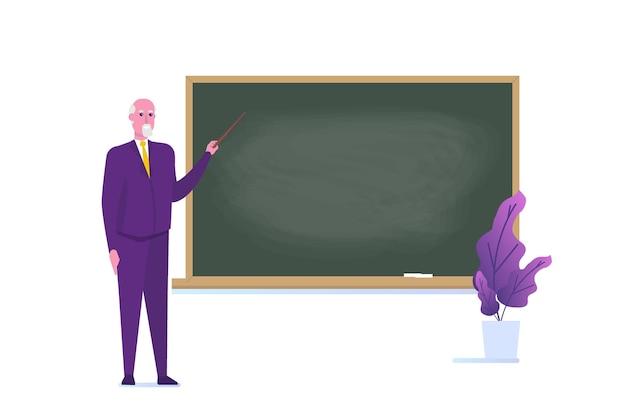 Seniorprofessor oder lehrer, der nahe der leeren schultafel steht