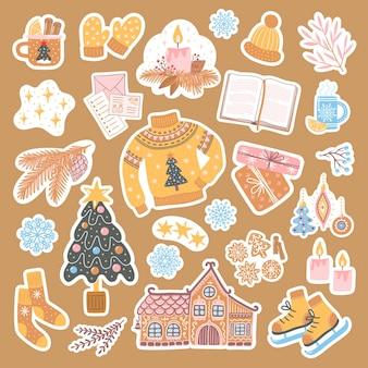 Set aufkleber für neujahr und weihnachten. niedliche und gemütliche handgezeichnete illustrationen mit weihnachtsbaum, lebkuchen, geschenken, schneeflocken und anderen saisonalen elementen.