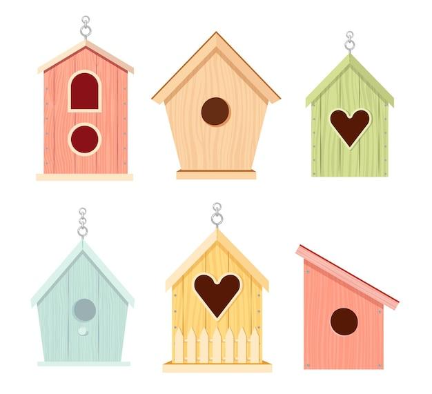 Set aus holz-vogelhäusern, bunten feedern unterschiedlichen designs mit schrägdach und zaun. vogelhäuschen, haus oder nest mit runden, gewölbten oder herzlöchern. cartoon-vektor-illustration, symbole, clipart
