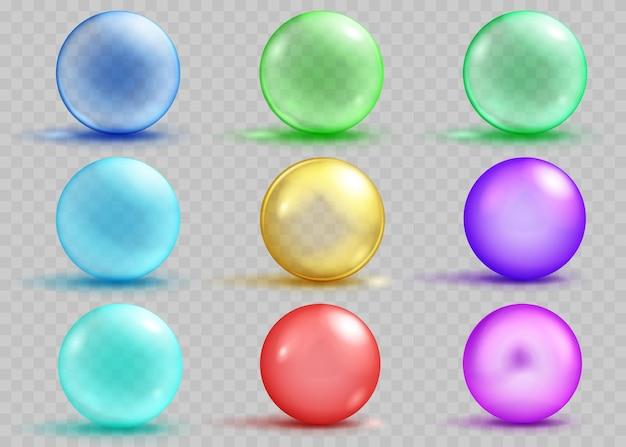 Set aus transparenten und undurchsichtigen farbigen kugeln mit schatten und blendungen auf transparentem hintergrund. transparenz nur in vektordatei