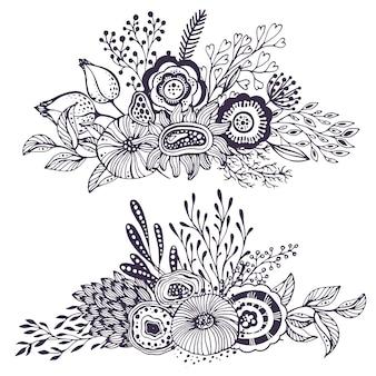 Set aus zwei schönen fantasy-blumensträußen mit handgezeichneten blumen, pflanzen, zweigen. schwarz-weiß-vektor-illustration. Premium Vektoren