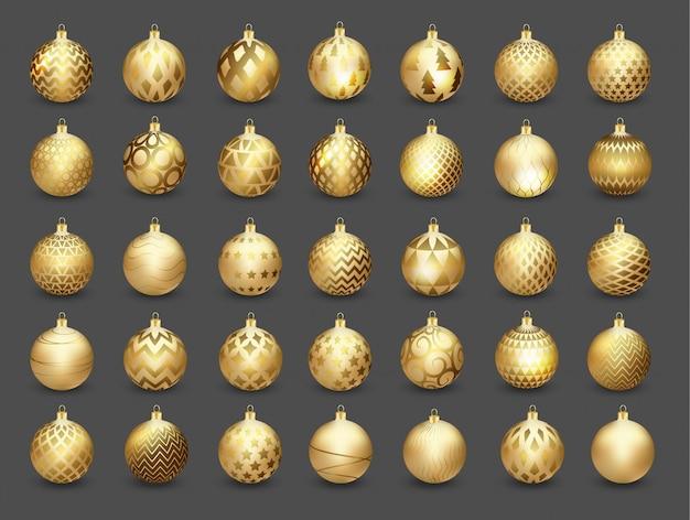 Set dekorative goldweihnachtskugeln getrennt auf dunklem hintergrund,