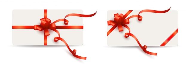 Set elegante weiße karten mit roten geschenkbögen und -farbbändern