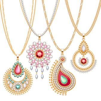 Set goldener ketten mit verschiedenen anhängern. wertvolle halsketten. broschenanhänger im ethnischen indischen stil mit edelsteinperlen. kettenbürsten einschließen.