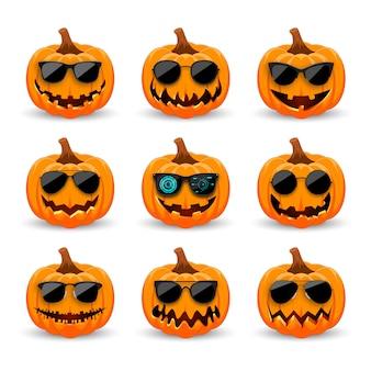 Set kürbisse in schwarzer sonnenbrille. hipster orange kürbisse mit lächeln für den feiertag halloween.