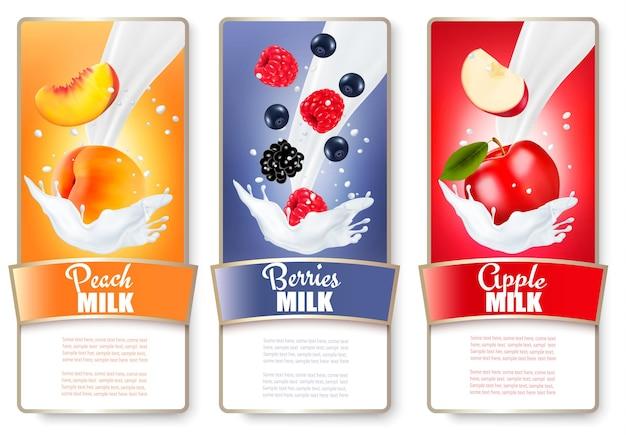 Set mit drei etiketten mit früchten und beeren in milchspritzern. aprikose, brombeere, himbeere, apfel.