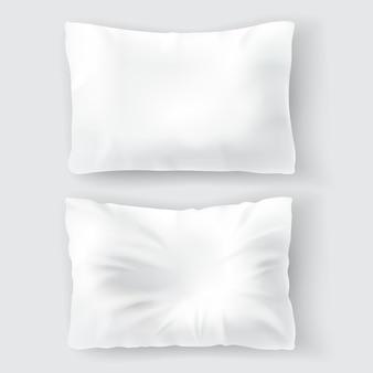 Set mit leeren weißen kissen, komfortabel, weich, sauber und zerknittert