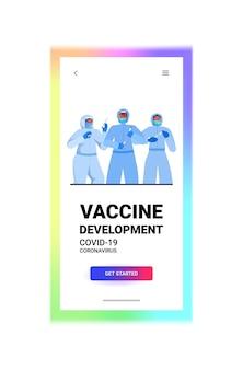 Set mix race ärzte oder wissenschaftler in masken arbeiten mit covid-19 nasentupfer schnelle labortests blutproben in flaschen coronavirus pandemie konzept vertikale kopie raum porträt vektor illustration