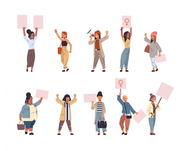 Set mix race aktivisten protestieren gegen plakate mit weiblichem geschlecht zeichen feministische demonstration mädchen macht bewegung schutz frauen empowerment konzept in voller länge
