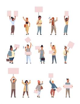 Set mix race demonstranten halten frieden protest poster männer frauen mit leeren stimmen plakate sammlung demonstration rede politische freiheit konzept in voller länge vertikal