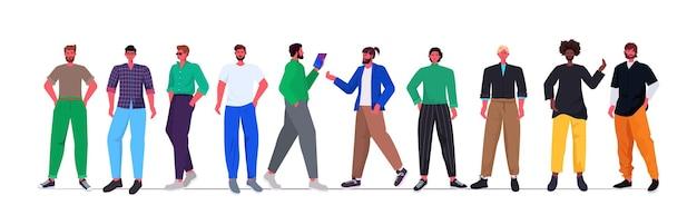 Set mix race junge männer in lässigen trendigen kleidern stehen zusammen männliche zeichentrickfiguren