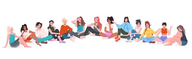Set mix race schwangere frauen sitzen zusammen schwangerschaft mutterschaft konzept in voller länge horizontale vektor-illustration