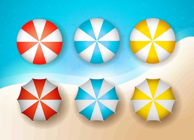 Set realistischer strandschirme in weiß-blau-roter und gelber farbe mit einem logo-design im sommerhintergrund
