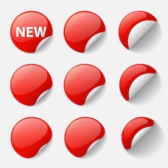 Set runde glänzende rote aufkleber mit gekräuselten ecken und schatten. illustration