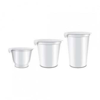 Set runder glänzender plastiktopf mit folienabdeckung für sauerrahm, joghurt, marmelade, dessert. realistische verpackungsvorlage