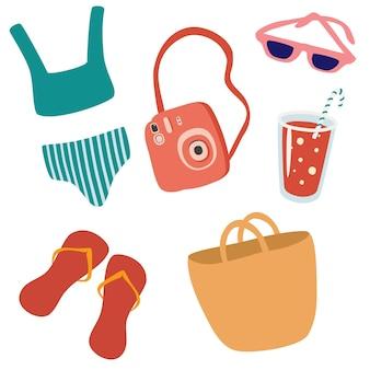 Set strandzubehör. sommerartikel: flip-flops, sonnenbrille, badeanzug, cocktail, kamera, strandtasche . farbige flache vektorillustration lokalisiert auf weißem hintergrund