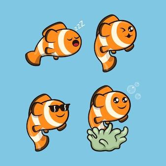Set süßer clownfische, die im meer schwimmen