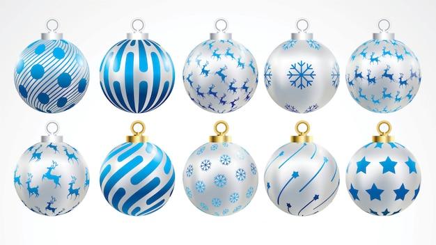 Set vektorgold-, -silber- und -blaue weihnachtskugeln mit verzierungen.