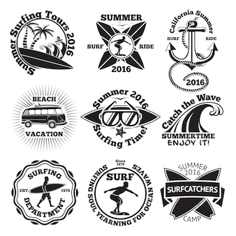 Set vintage surfing labels mit - surfbrett, surfer, palmen, anker, sonnenbrille, welle etc.