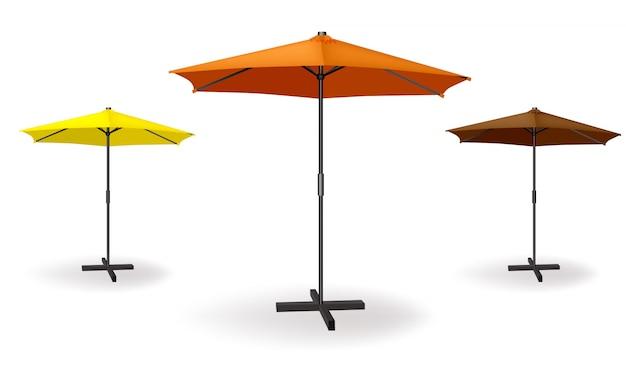 Set von drei regenschirmen in verschiedenen farben orange, gelb, dunkelorange.