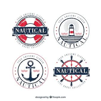 Set von vier runden vintage-abzeichen mit nautischen elementen