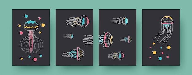 Set zeitgenössischer poster mit verschiedenen medusen. quallen schwimmen nach oben und seitwärts pastellfarbene vektorgrafiken