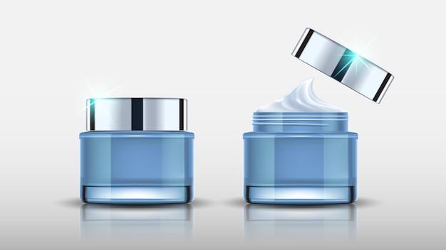 Setzen sie blaue kosmetikflaschen, die mock und creme verpacken