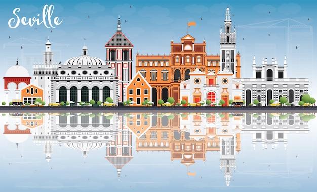 Sevilla skyline mit farbgebäuden, blauem himmel und reflexion.