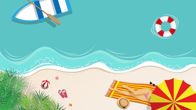 Sexy frau im bikini, der auf dem strand ein sonnenbad nimmt