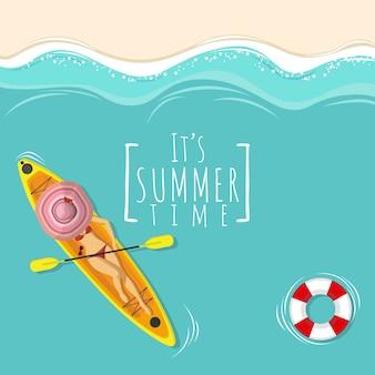 Sexy frau im bikini, der auf kajakboot ein sonnenbad nimmt