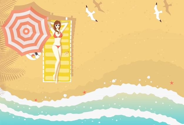 Sexy frau mit dem bikini, der auf sonnenruhesessel auf dem strand mit strukturiertem sand liegt, meereswellen, starfishes, oberteile und fliegenseemöwen, von der draufsicht kurvt. copyspace