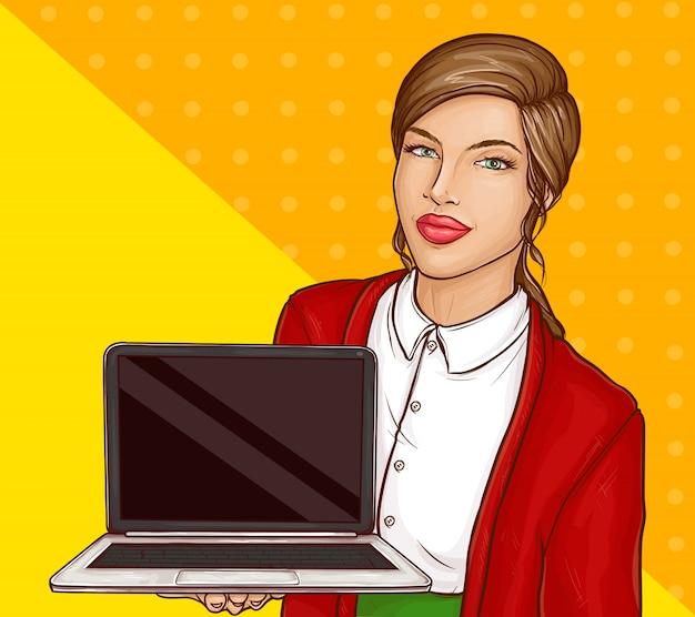 Sexy geschäftsfrau, die laptop-computer mit leerem bildschirm hält