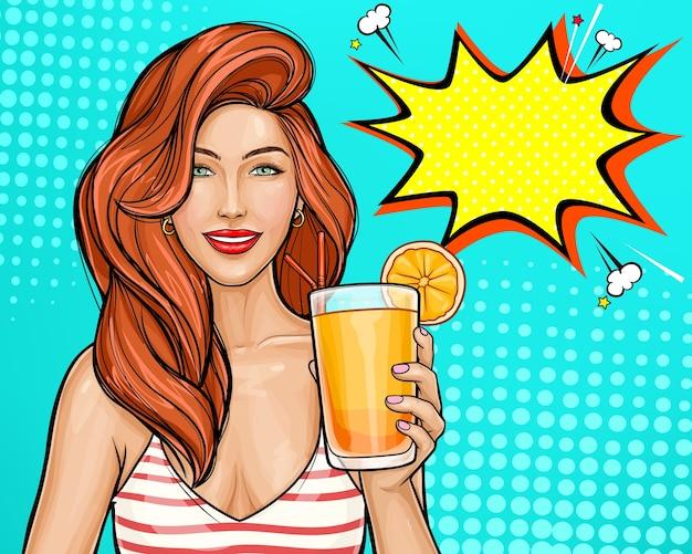 Sexy pop-art-mädchen mit roten haaren, die einen cocktail in ihrer hand halten.