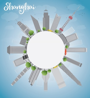 Shanghai-skyline mit blauem himmel und grauen wolkenkratzern