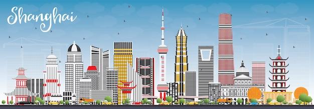 Shanghai skyline mit farbgebäuden und blauem himmel. reise- und tourismuskonzept