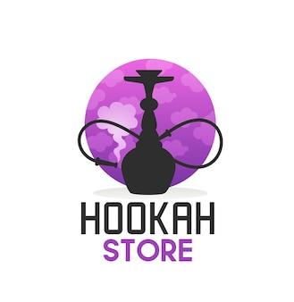Shisha store-ikone mit shisha, gebogenem rohr und rauch. vektoremblem für hooka-bar, lounge, restaurant oder club. orientalische arabische ausrüstung zum verdampfen und rauchen von aromatisiertem tabak mit tubenetikett