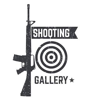 Shooting gallery logo, schild mit automatischem gewehr über weiß, textur kann entfernt werden