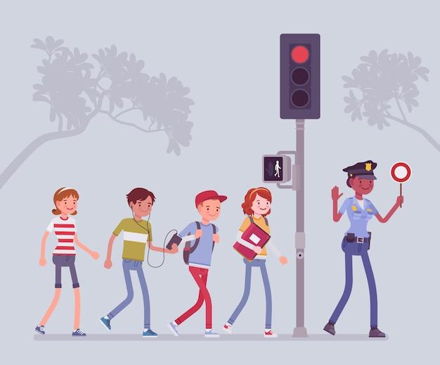 Sichere straßenkreuzung. die polizistin unterrichtet und hilft kindern, straßengefahren oder -risiken zu vermeiden. fußgänger suchen nach verkehr und folgen dem semaphorsignal. stil cartoon illustration