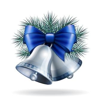 Silberglocken mit blauem band und tannenzweigen