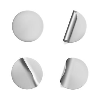 Silberne runde zerknitterte aufkleber mit schälendem eckenset. klebeetikett aus silberfolie oder kunststoff mit falteneffekt