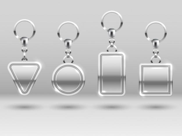 Silberne schlüsselanhänger in verschiedenen formen für haustürvorlagen