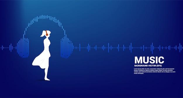 Silhouette der frau mit kopfhörer und schallwellenmusik-equalizer. audiovisueller kopfhörer mit linienwellengrafikstil