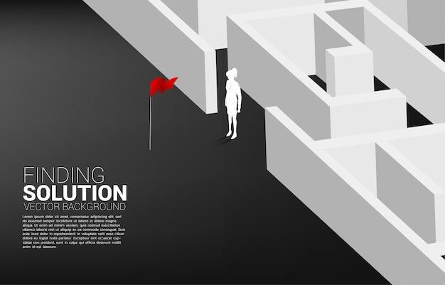 Silhouette der geschäftsfrau am ausgang des labyrinths. geschäftskonzept zur problemlösung und ideenfindung.