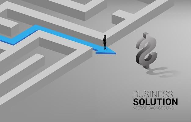 Silhouette der geschäftsfrau auf dem weg, um das labyrinth zum dollar-symbol zu verlassen. konzept für geschäftsmission und weg zum unternehmensgewinn