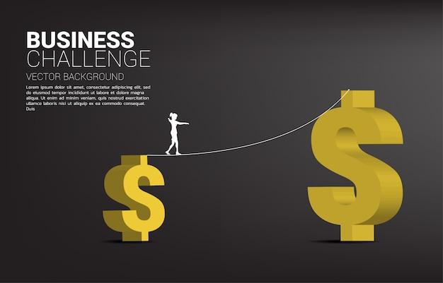Silhouette der geschäftsfrau, die auf seilwegweg zu größerem gelddollarsymbol geht. konzept für geschäftsrisiko und herausforderung.