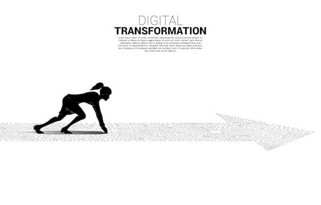 Silhouette der geschäftsfrau in bereitschaftsposition auf dem pfeilpunkt verbinden den leiterplattenstil. banner der digitalen transformation des geschäfts.