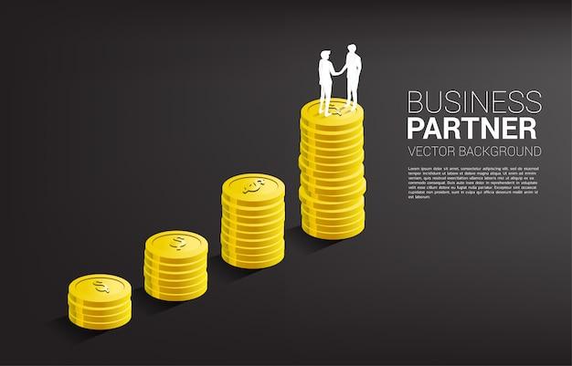 Silhouette des geschäftsmann-handshakes oben auf münzgraph. konzept der geschäftspartnerschaft und zusammenarbeit.