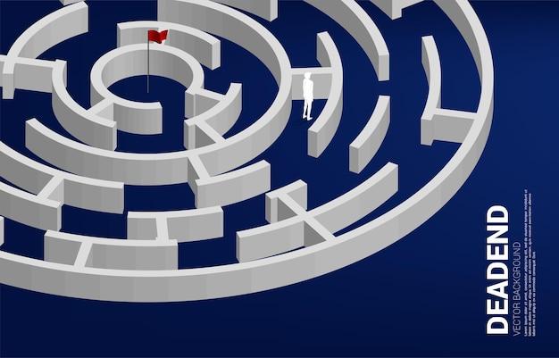 Silhouette des geschäftsmannes am ende des labyrinths. geschäftskonzept für problem und falsche entscheidung.